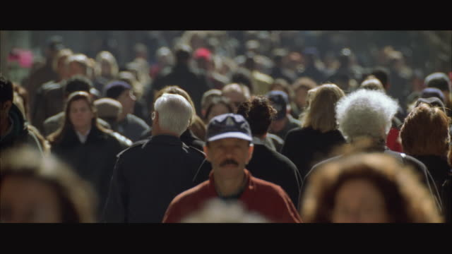 stockvideo's en b-roll-footage met ws tu crowded sidewalk / new york city, usa - straat