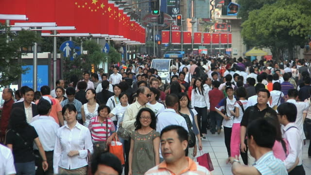 slo mo ws crowded sidewalk with chinese flags / shanghai, china - 上海点の映像素材/bロール