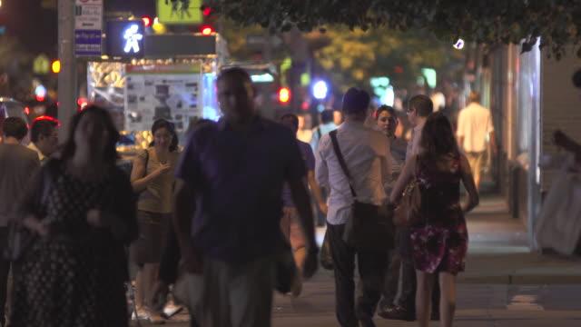 a crowded street early evening in manhattan.   - gehweg stock-videos und b-roll-filmmaterial