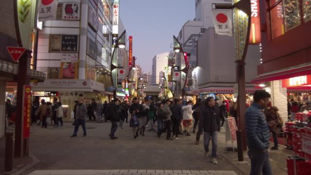 vídeos y material grabado en eventos de stock de ws slo mo crowded street in city at sunset, ameya-yokocho, tokyo, japan - lugar de comercio