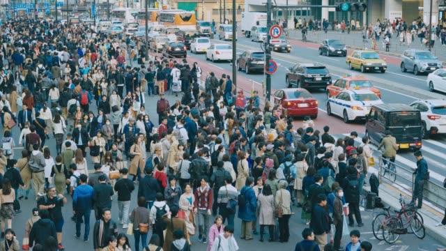 新宿区の混雑した通り - 歩行者点の映像素材/bロール