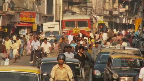ws crowded street scene / mumbai, india - indien bildbanksvideor och videomaterial från bakom kulisserna
