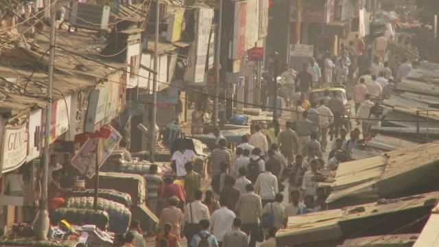 WS HA Crowded street scene / Mumbai, India