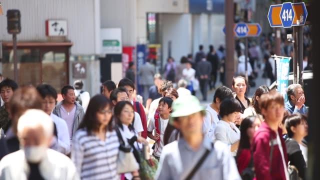 crowded streets of tokyo, japan - zona pedonale strada transitabile video stock e b–roll