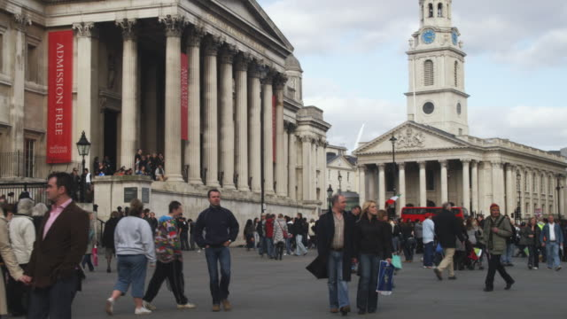 vidéos et rushes de ms tu crowded trafalgar square with national gallery and st. martin-in-the-fields church, london, united kingdom - style néoclassique