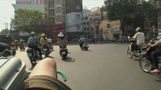 ws pov crowded traffic circle, saigon, vietnam - vietnam meridionale video stock e b–roll