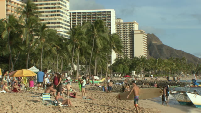 vidéos et rushes de ws crowded waikiki beach / honolulu, hawaii, usa - îles hawaï