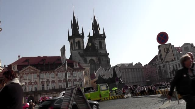 vídeos de stock, filmes e b-roll de crowded with tourists outside the church of our lady before tyn a 14th century landmark with 80m towers ornately carved gothic exteriors and a... - stare mesto