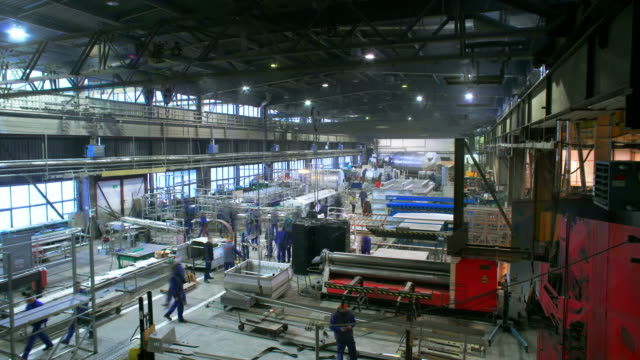 beengt worker in fabrik - manufacturing occupation stock-videos und b-roll-filmmaterial