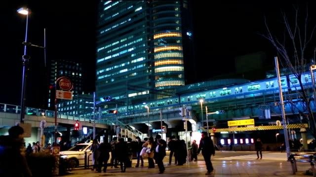 群衆の秋葉原駅の近くにロードします。