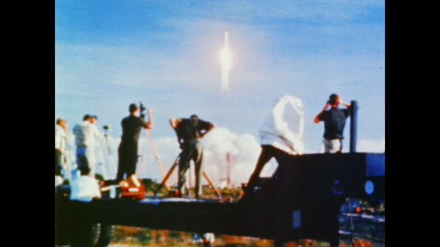 crowds and press watch as the mercury capsule friendship 7 leaves the launchpad making john glenn the first person to orbit the earth - 1962年点の映像素材/bロール