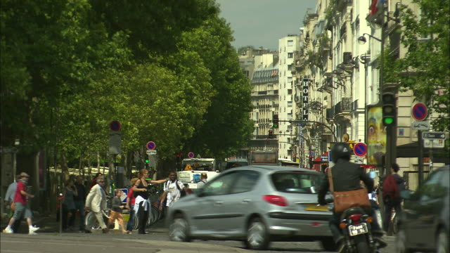 vídeos de stock, filmes e b-roll de crowds and traffic around bastille square, paris, france - bastille