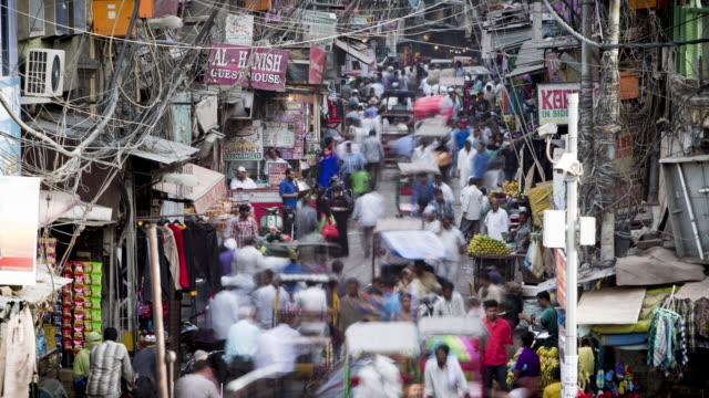 tl, ha crowds and traffic swarm through delhi's old town bazaar / delhi, india - デリー点の映像素材/bロール