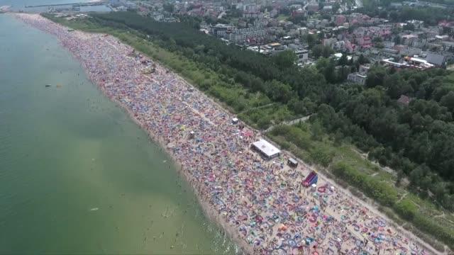 vidéos et rushes de crowds at beach - tourisme