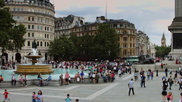 crowds at london landmarks - trafalgar square and big ben - 座る点の映像素材/bロール