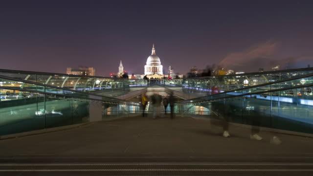 vídeos y material grabado en eventos de stock de multitudes en el puente del milenio en el lapso de tiempo de la noche - puente del milenio londres