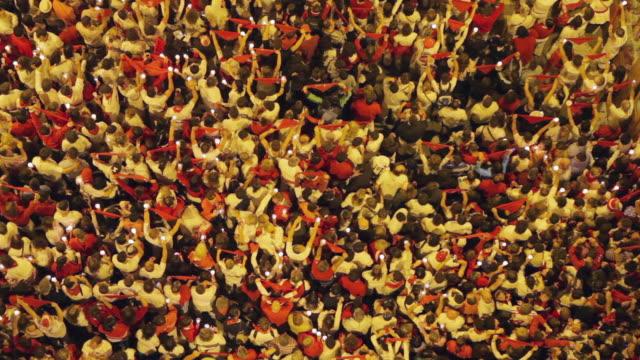 ws crowds at pobre de mi closing ceremony of festival of san fermin / pamplona, navarre, spain - ceremony stock videos & royalty-free footage