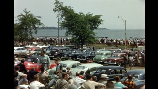 1952 HOME MOVIE Crowds at the Canadian National Exhibition Air Show / Toronto, Canada