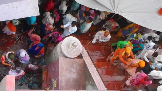 vídeos y material grabado en eventos de stock de crowds at the entry of the temple steps / religious festivities and celebrations inside the temple complex in nandgaon mathura the village of lord... - krishna