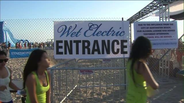 crowds at wet electric music festival on september 14, 2013 in huntington beach, california - お祭り好き点の映像素材/bロール