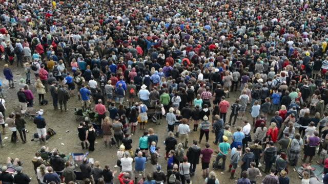 vídeos y material grabado en eventos de stock de crowds attending summer festival - anticipación