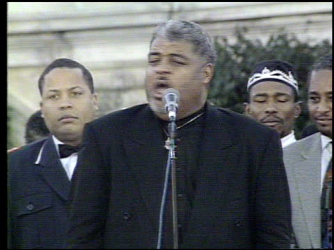 / crowds attending the million man march / views of crowds / reverend robert smith jr from detroit speaking to crowds / march organizer dr benjamin... - 1995 stock-videos und b-roll-filmmaterial