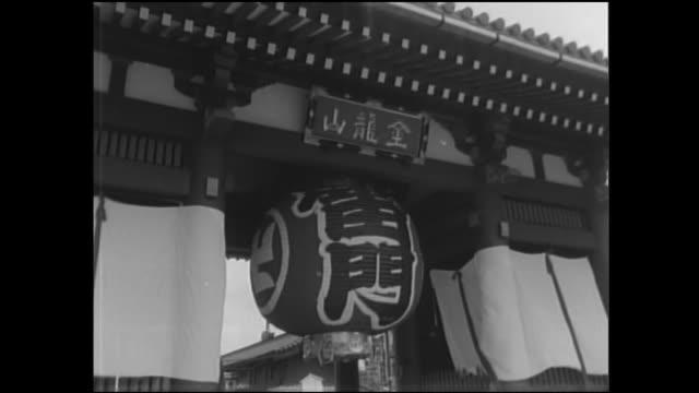 vídeos de stock, filmes e b-roll de crowds bustle in front of kaminarimon at a dedication ceremony. - templo asakusa kannon