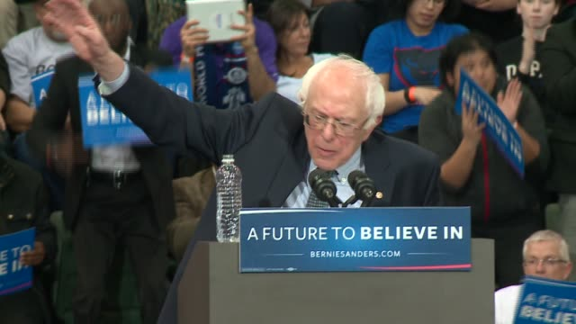 vídeos de stock, filmes e b-roll de crowds cheer as bernie sanders ends speech at campaign rally in chicago at chicago state university on feb. 25, 2016. - bernie sanders
