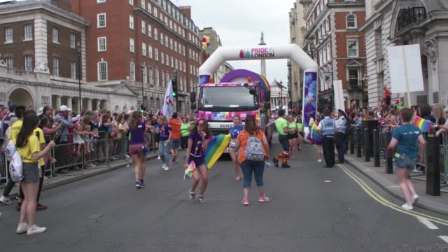 crowds dance ahead of ebay float at pride in london 2019 atmosphere general views on july 06 2019 in london greater london - festivalsflotte bildbanksvideor och videomaterial från bakom kulisserna