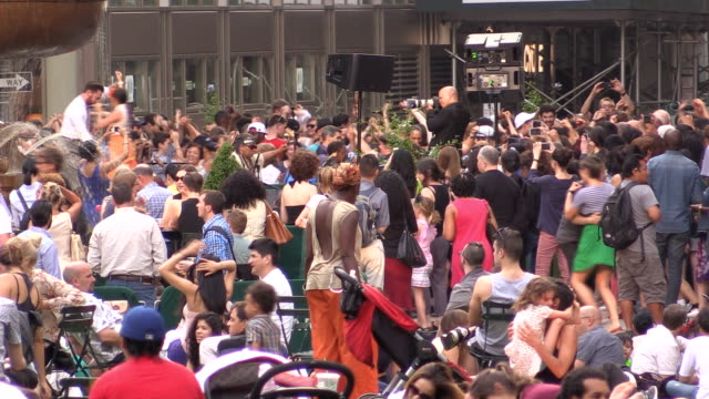 Menschenmenge Tanzen im Bryant Park in New York City