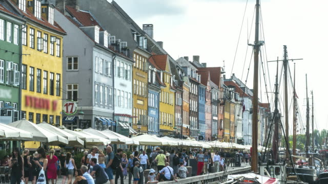 vídeos de stock e filmes b-roll de tl: crowds enjoying restaurants bars among colorful traditional houses in copenhagen nyhavn city, denmark - região de oresund
