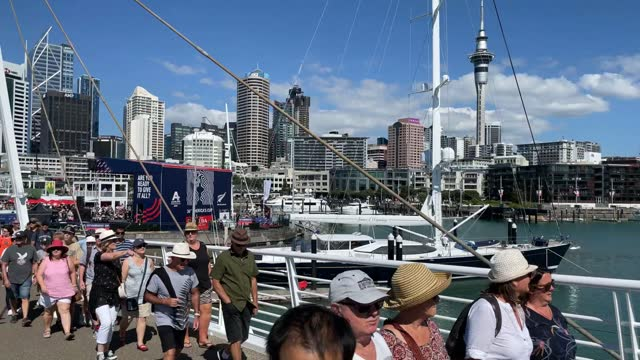 vidéos et rushes de crowds flock to the viaduct basin and americas cup village during the america's cup race and between emirates team new zealand and luna rossa prada... - équipe de voile