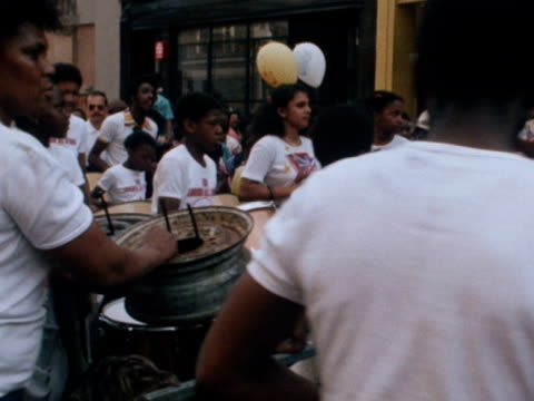 vídeos de stock e filmes b-roll de crowds follow steel band procession through streets of london at notting hill carnival - notting hill