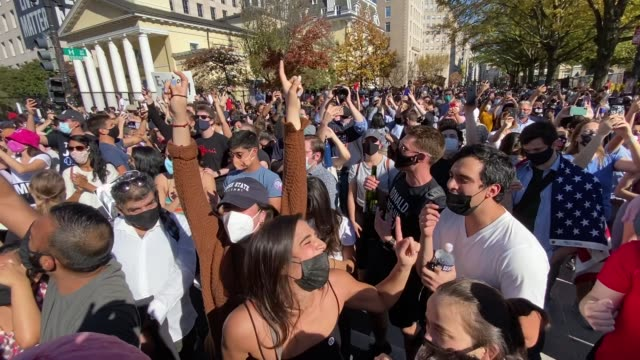vidéos et rushes de crowds gather at blm plaza near the white house to celebrate news that the former vice president, democratic candidate joe biden will be the 46th... - président des états unis