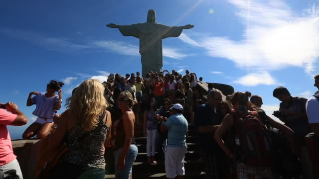 vidéos et rushes de crowds gather at the christ the redeemer statue at corcovado on march 28, 2013 in rio de janeiro, brazil. rio de janeiro: brazil's world city on... - corcovado