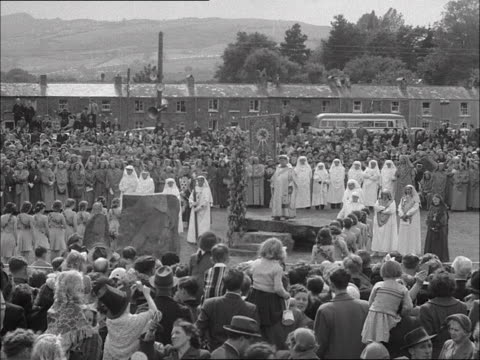 stockvideo's en b-roll-footage met crowds gather at ystradgynlais to watch an eisteddfod proclamation ceremony. - festivalganger