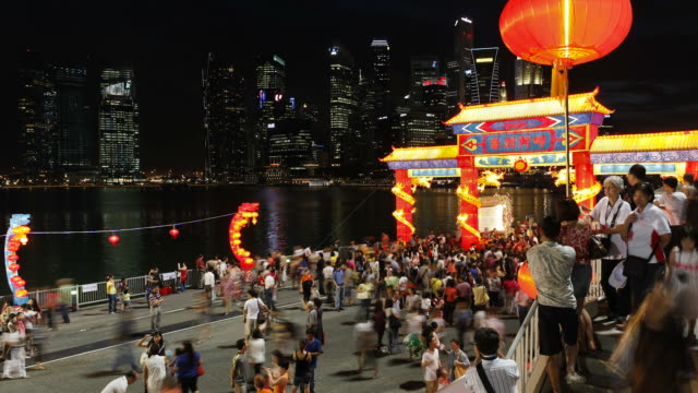 crowds gather for river hongbao on marina bay. - chinesisches laternenfest stock-videos und b-roll-filmmaterial