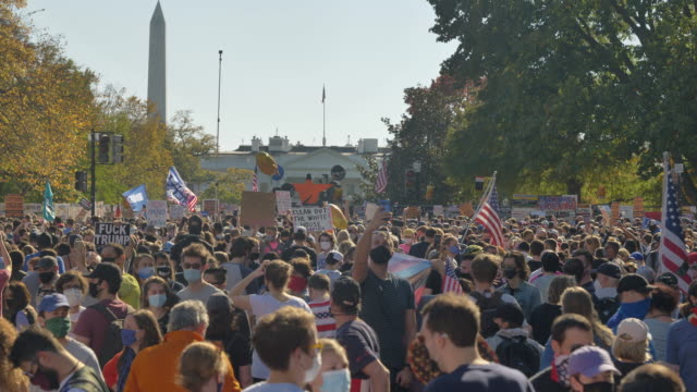 vidéos et rushes de crowds gather in front of the white house to celebrate the announcement that former vice president, democratic candidate joe biden will be the 46th... - président des états unis