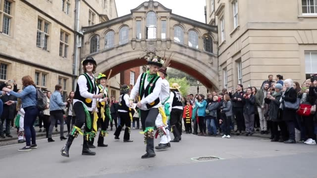 vídeos de stock, filmes e b-roll de crowds gather in oxford for may day celebrations including morris dancing and the singing of madrigals from the tower of magdalen college - 1 de maio