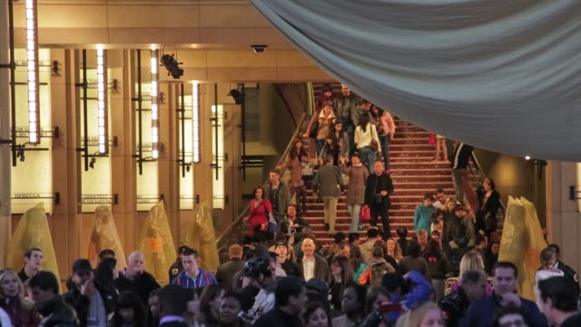 vídeos de stock e filmes b-roll de crowds gather on the red carpet steps with oscar statues at the dolby theatre 2013 academy awards at dolby theatre on february 22, 2013 in los... - the dolby theatre