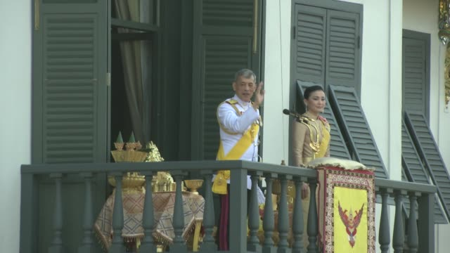 crowds gather to see maha vajiralongkorn bodindradebayavarangkun the new king of thailand make and appearance with the queen suthida vajiralongkorn... - king of thailand stock videos and b-roll footage