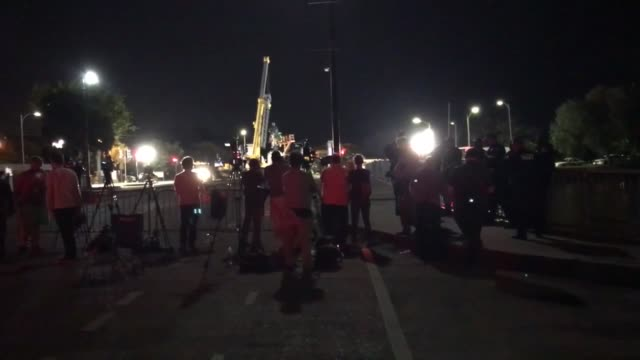 vídeos y material grabado en eventos de stock de crowds gather to watch as crews put straps on pgt beauregard statue to prepare for its removal at city park in new orleans - gin tonic