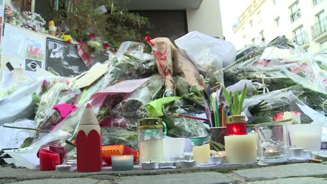 crowds gathered at the former charlie hebdo office sunday to leave flowers candles and signs in memory of the 12 people who were gunned down last... - sonntag stock-videos und b-roll-filmmaterial