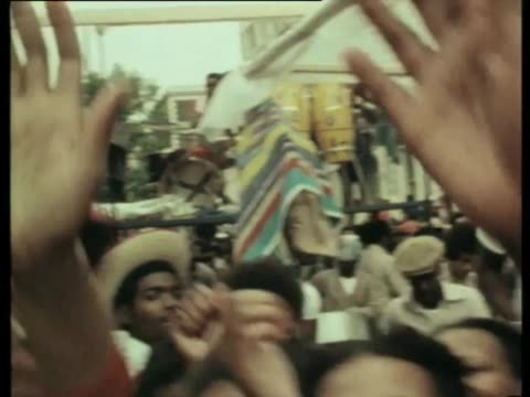 stockvideo's en b-roll-footage met / crowds gathered for notting hill carnival as man plays steel drums and young festivalgoers dance / people running and fighting with police riot... - racisme