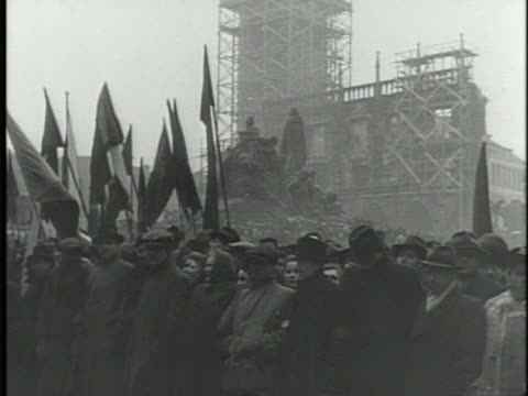 vídeos de stock e filmes b-roll de crowds gathered in old town square, prague, communist party hammer & sickle symbol on flags, banners. victorious february, cold war, czechoslovakia. - república checa