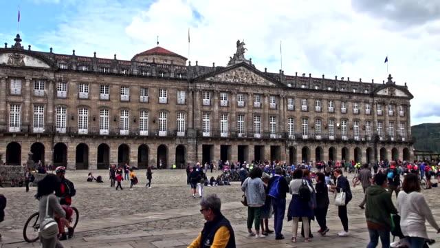 vídeos de stock e filmes b-roll de crowds gathering in the praza do obradoiro - patio