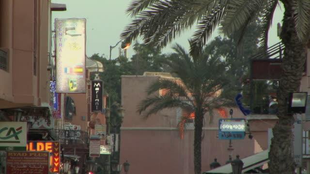 stockvideo's en b-roll-footage met ws td crowds heading to djemaa el fna square at dusk, marrakech, morocco - winkelbord