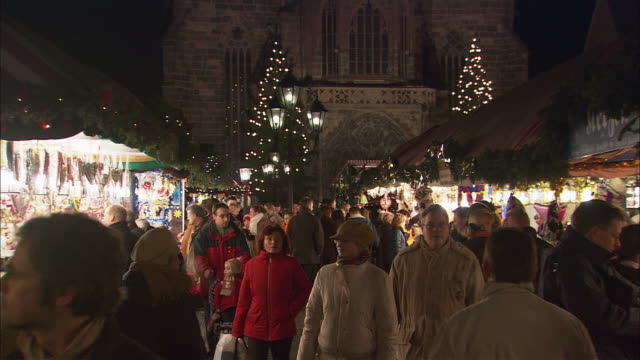 WS Crowds in Christkindlesmarkt (Christmas Market) at night / Nuremberg, Bavaria, Germany