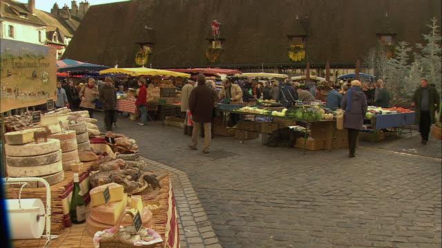 WS PAN Crowds in farmer's market / Beaune, Burgundy, France