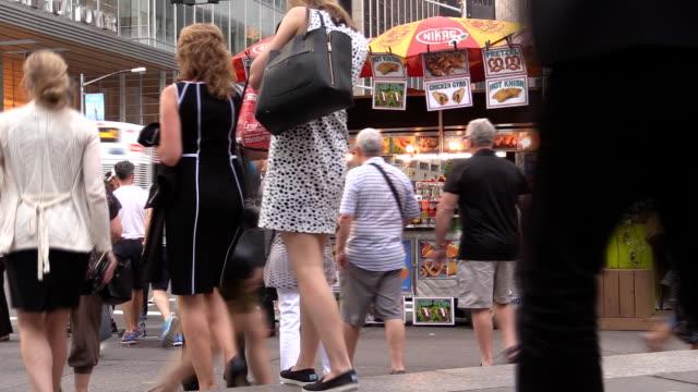 vídeos de stock e filmes b-roll de multidão em frente de cachorros-quentes em midtown manhattan - hot dog